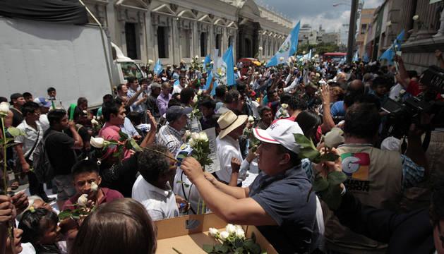 Prohíben al presidente de Guatemala salir del país tras perder su inmunidad