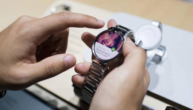 Un visitante observa el nuevo reloj de la firma Huawei.