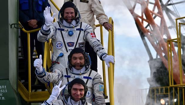 Los tres astronautas que vuelan hacia la Estación Espacial Internacional.
