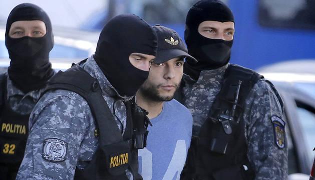 Morate, custodiado por la policía rumana.