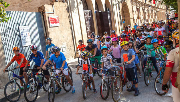 Los participantes en la fiesta de la bicicleta en el paseo San Raimundo de Fitero.
