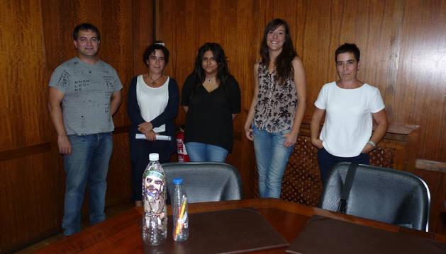 Marcos Rodríguez, Irache Roa, Andrea Rodríguez, Marta Astiz  y Cristina Roa. En primer plano, dos 'botellas con mensaje' realizadas para servir como ejemplo.