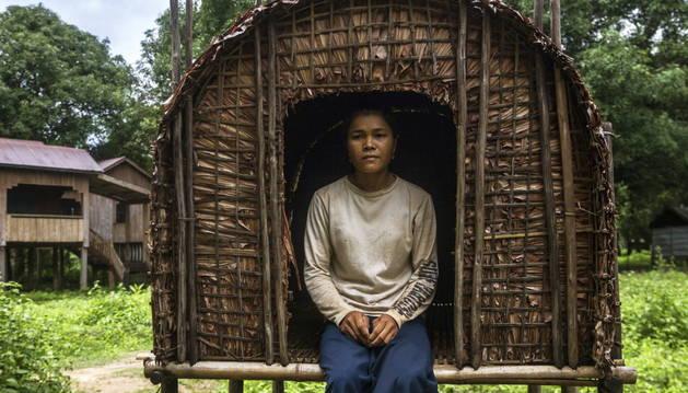 Kajeanh Mom, de veinte años, en una de las cabañas individuales.