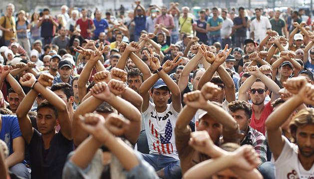 Detienen un tren con refugiados que querían llegar a la frontera con Austria