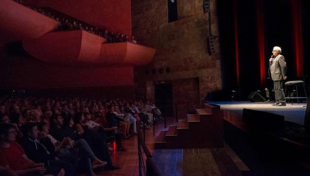Leo Harlem actúa ante las más de 600 personas que se dieron cita en el teatro Gaztambide de Tudela.