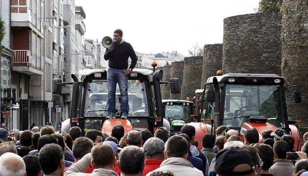 Ganaderos protestan con sus tractores este viernes en Lugo.