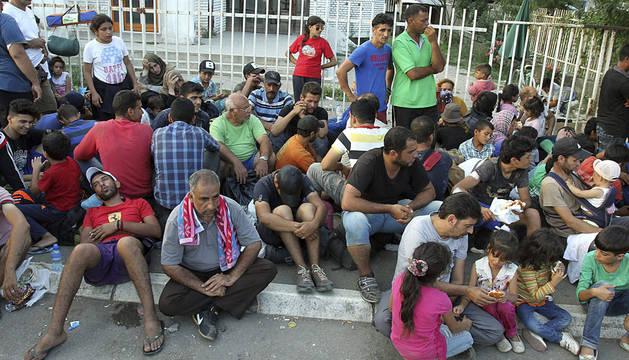 Varios inmigrantes esperan para ser registrados en Presevo, Serbia.