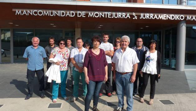 Mariví Sevilla a la presidencia y Joseba Etxabe Redín, a la vicepresidencia posan en el centro, junto a representantes municipales de varios ayuntamientos que les apoyan.