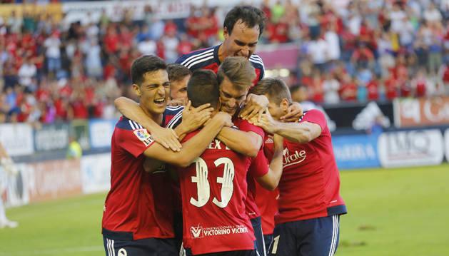 Los jugadores de Osasuna celebran un gol.