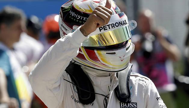 Lewis Hamilton saluda tras conseguir la 'pole'.