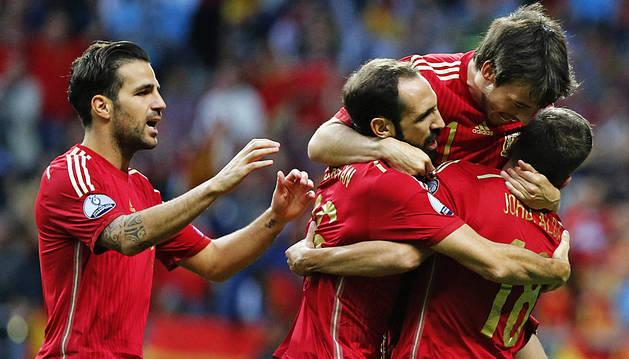 España juega a fútbol y recupera la primera plaza