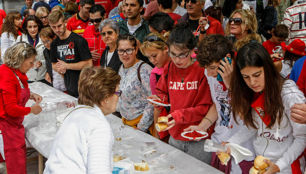 La concurrida degustación de pimientos del Piquillo contribuyó al ambiente festivo que se vivió en las calles de Lodosa.