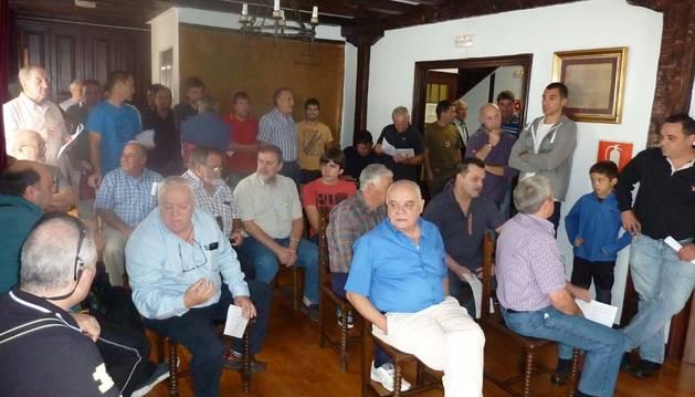 Asistentes a la subasta de palomeras que tuvo lugar ayer en el salón de plenos de Etxalar.