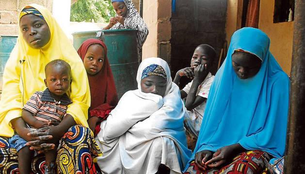 Mujeres y niños nigerianos que han escapado de la violencia de Boko Haram.
