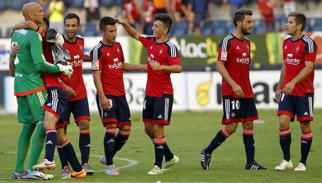Buñuel felicita a Berenguer por su gol contra el Mirandés.