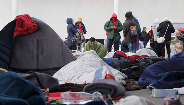 Refugiados, este domingo por la mañana en Nickelsdorf, en la frontera de Austria con Hungría.