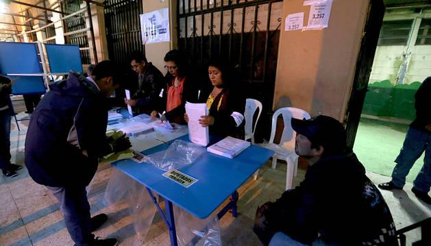 Integrantes de una mesa electoral en San Juan Sacatepéquez.