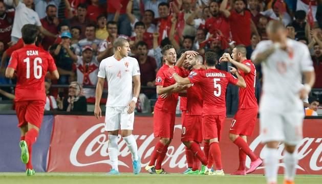 Arda Turan celebra un gol.
