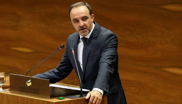 Javier Esparza, interviniendo el pasado julio en el Parlamento.