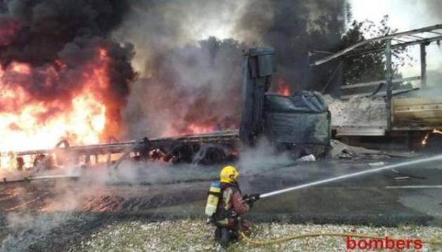 El accidente ha provocado el incendio de los dos camiones.