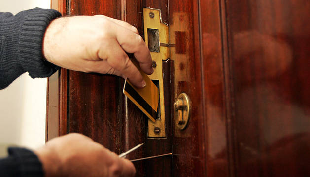 Una persona simula un robo con fuerza en una vivienda.