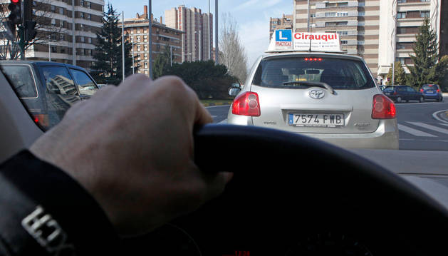 Un coche de autoescuela circula por Pamplona.