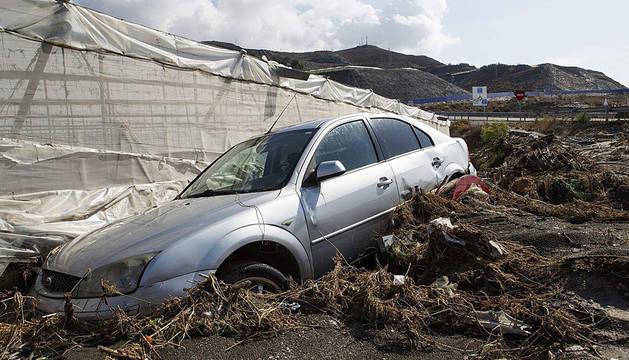 Estado en el que ha quedado un vehículo en la localidad de Albuñol.