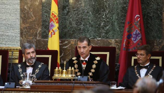 El rey Felipe VI, acompañado por el presidente del Tribunal Supremo, Carlos Lesmes.