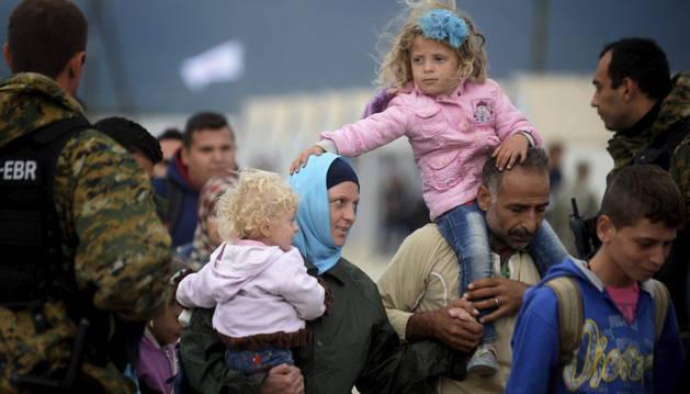 Miles de refugiados esperan para subir a bordo de un tren tras lograr cruzar la frontera entre Grecia y Macedonia.