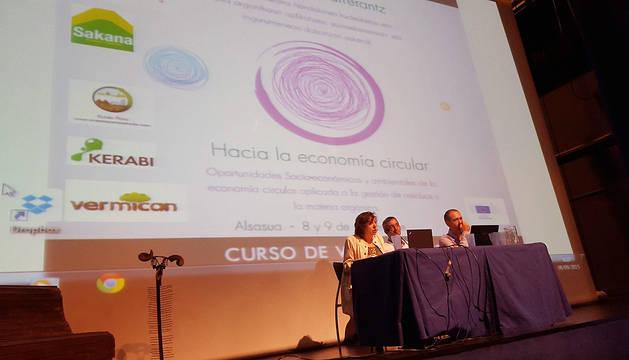 La consejera, junto a Natxo Irigoien, director del curso (centro), e Ignasi Puig, uno de los ponentes.