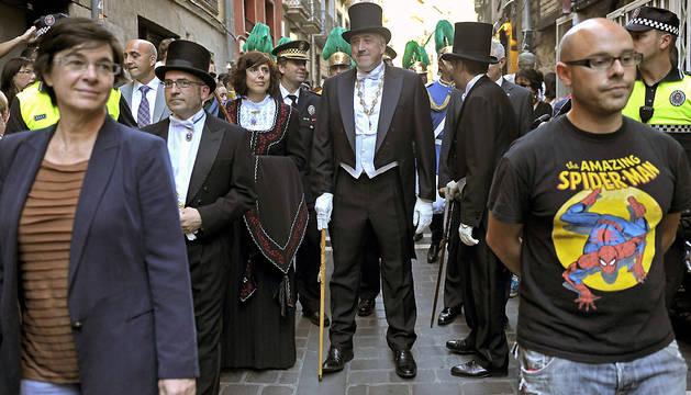 Parte de la corporación municipal de Pamplona, durante el desfile.