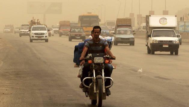 Vehículos circulan por una autopista durante la tormenta de arena en El Cairo