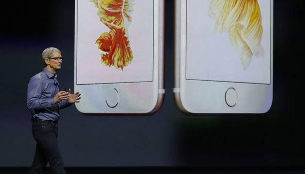 El director ejecutivo de Apple, Tim Cook, presenta el nuevo IPhone.