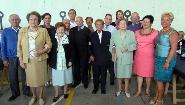 Los homenajeados, junto a las autoridades y miembros de la junta del club.