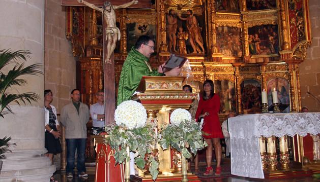José Ignacio Larragueta, sobre el presbiterio de la parroquia.