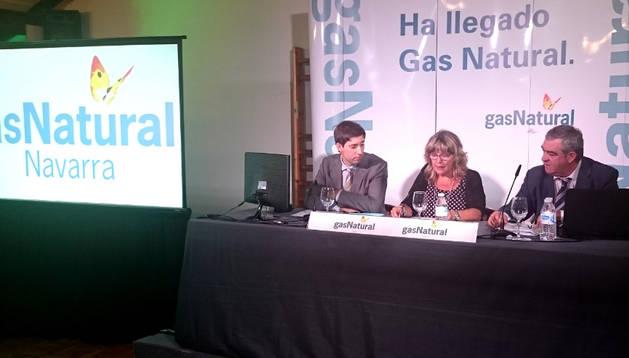 El director de Gas Navarra, Miquel Andreu (i); la alcaldesa de Ituren, María José Bereau; y el delegado de Nuevas Poblaciones e Infraestructuras de Gas Navarra, Julio Laplana (d), durante la presentación del proyecto de gasificación.