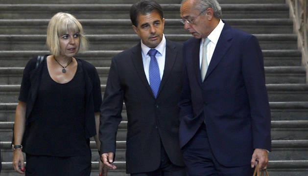 Lluís Corominas (c), junto a su mujer, Alba Tous (i), y su abogado, Carlos Bueren (d).