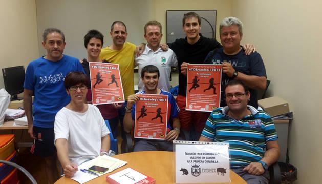 Promotores y organizadores de la prueba con el cartel de la carrera que se celebra el próximo domingo  en Lodosa.