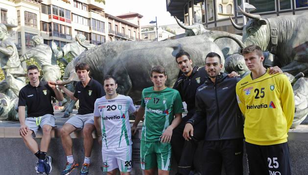 Los jugadores del Anaitasuna, en el monumento del encierro.