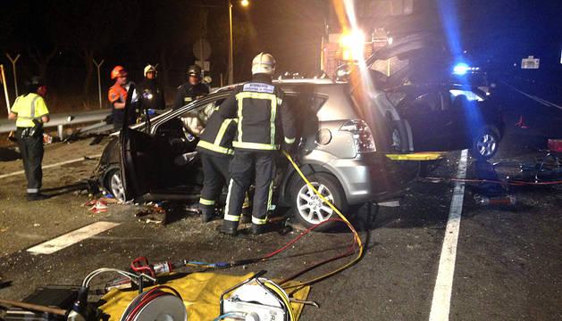 Tres personas han perdido la vida la noche de este jueves tras colisionar frontalmente dos vehículos en la carretera M-607, dentro del término municipal de Colmenar Viejo. Se trata de una mujer de 35 años y dos hombres de 39 y 61 años.