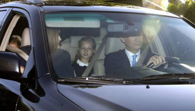 os Reyes de España, Felipe y Letizia, acompañan a la Princesa Leonor y su hermana, la infanta Sofía, en su primer día del curso.