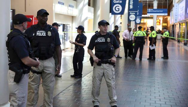 La policía trabaja en Union Station tras el tiroteo y apuñalamiento.