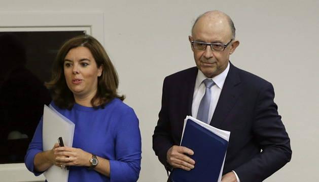 La vicepresidenta del Gobierno acompañada por el ministro de Hacienda, Cristóbal Montoro.