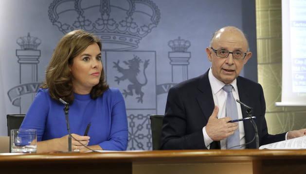 Soraya Sáenz de Santamaría, y el ministro de Hacienda, Cristóbal Montoro.
