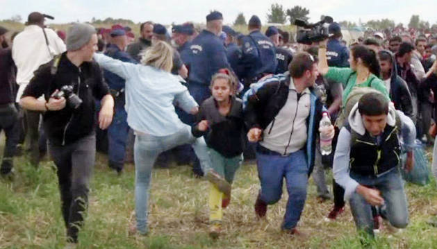 Momento en el que Petra László patea a unos refugiados.