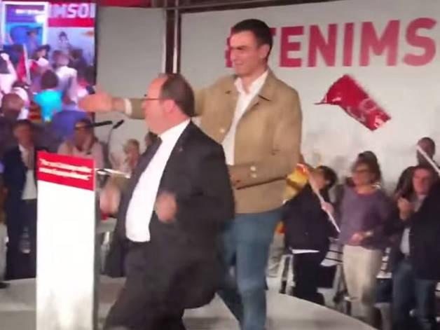 Pedro Sánchez y Miquel Iceta, durante el acto de inicio de campaña en el que bailó.