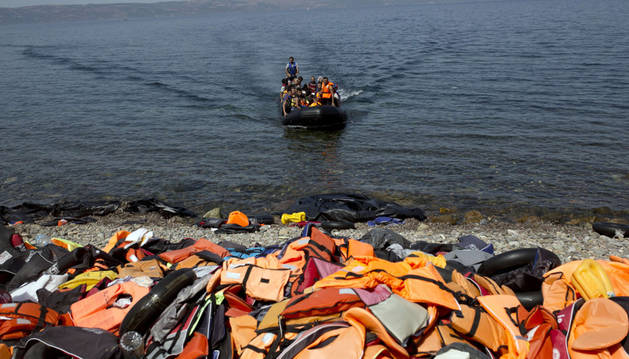 Refugiados llegan a la isla griega de Lesbos.