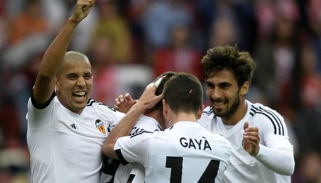 Los jugadores del Valencia celebran el único gol del partido.