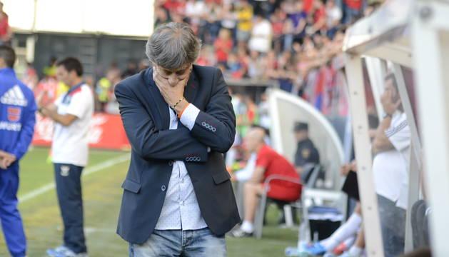 Martín, pensativo en la banda durante el partido contra el Leganés.