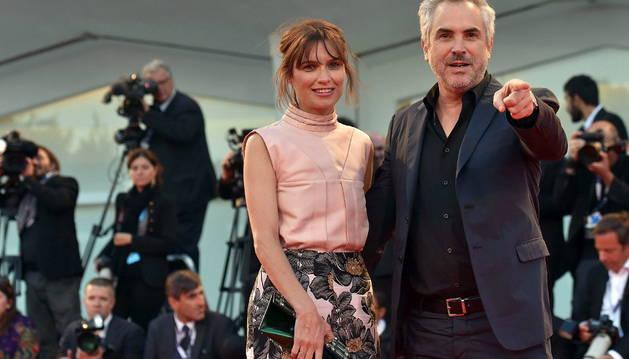 El director mexicano Alfonso Cuarón (dcha) y su pareja, la británica Sheherazade Goldsmith.
